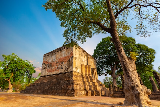Wat si chum est un temple historique situé dans le parc historique de sukhothai, dans la province de sukhothai, en thaïlande.