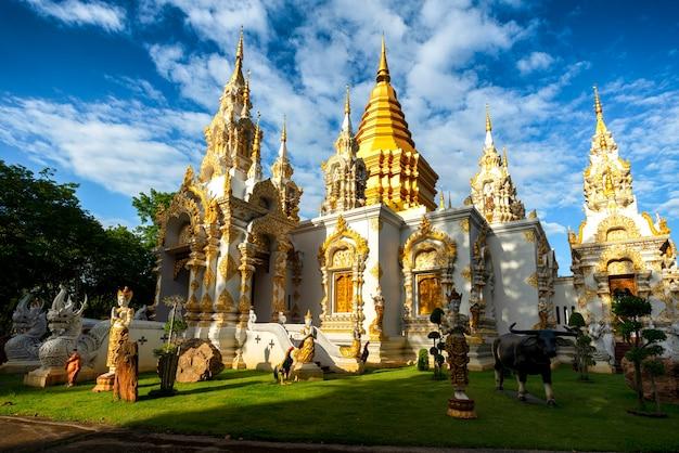 Wat sridornmul chiang maiã¢â€â™s saraphee temple, connu aussi comme le temple de la belle avec vue latérale du ciel bleu