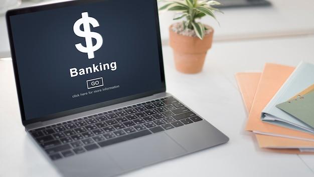 Web bancaire sur un ordinateur portable au bureau
