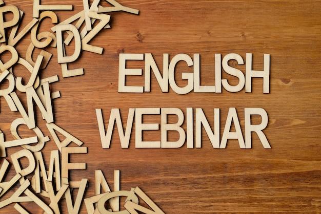 Webinaire de mot anglais fait avec des lettres en bois sur la table de planche blanche
