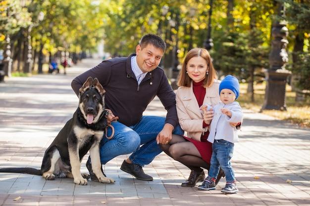 Week-end en famille avec maman, papa, enfant et chien
