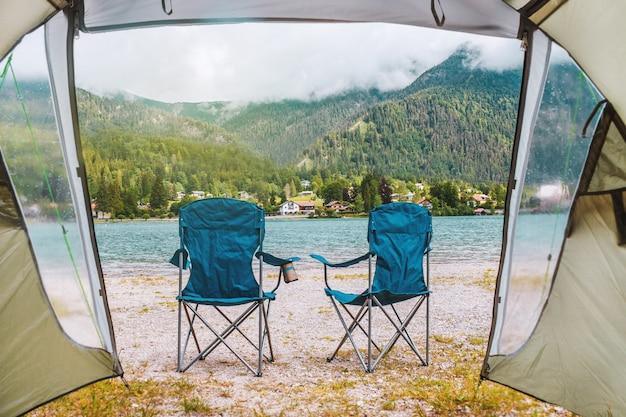 Week-end romantique à l'intérieur de la tente en camping dans les alpes bavaria allemagne chaises sur la côte du lac