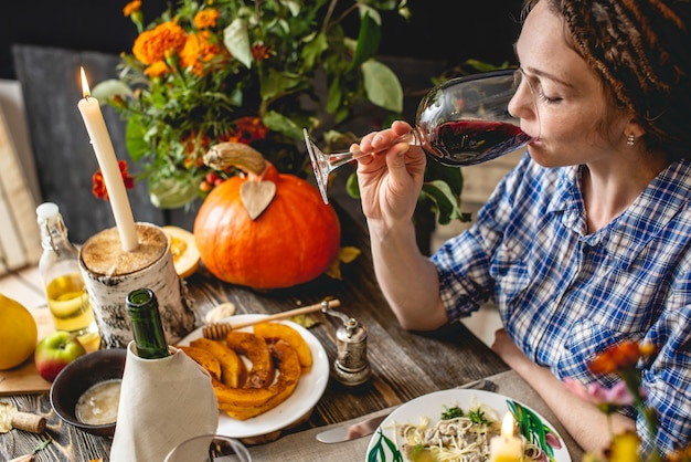 Week-end de vacances mignon dîner avec vin rouge et pâtes