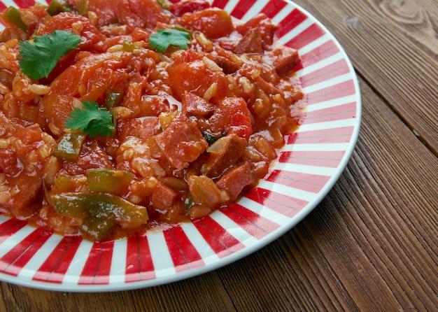 Weeknight jambalaya - plat créole avec riz, légumes et saucisses
