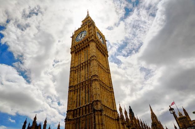 Westminster touristique moderne rue vintage bleu ciel