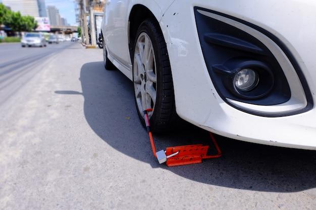 Wheel lock, la voiture a été serrée à cause d'un stationnement illégal