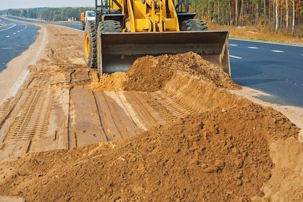 Wheelloader travaillant avec du sable