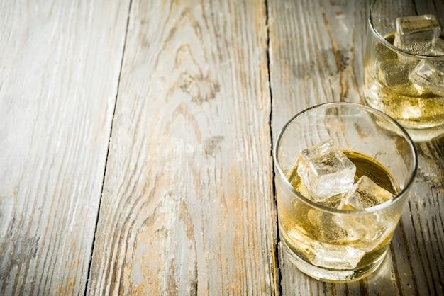 Whisky ambre sur les rochers