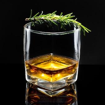Whisky à l'ancienne au romarin