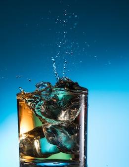 Whisky cocktail liquor splash alcool en verre