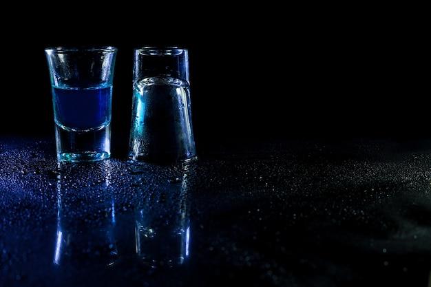 Whisky dans des coups de verre sur fond noir.