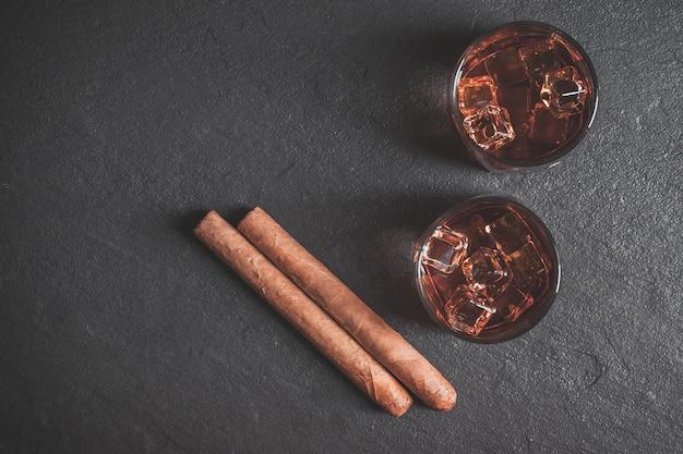 Whisky avec glace et cigare. espace de copie