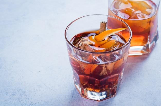 Whisky avec glace dans des verres, fond en bois rustique, espace copie