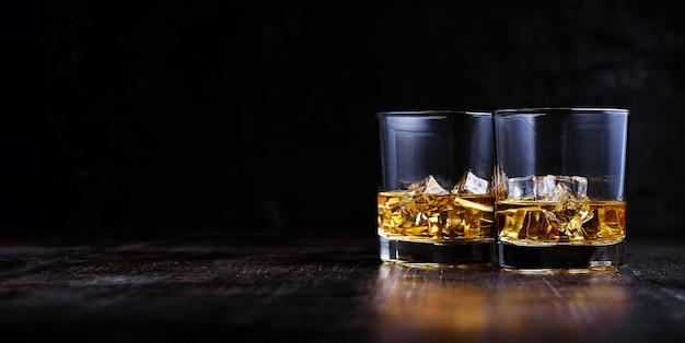 Whisky avec de la glace dans des verres modernes