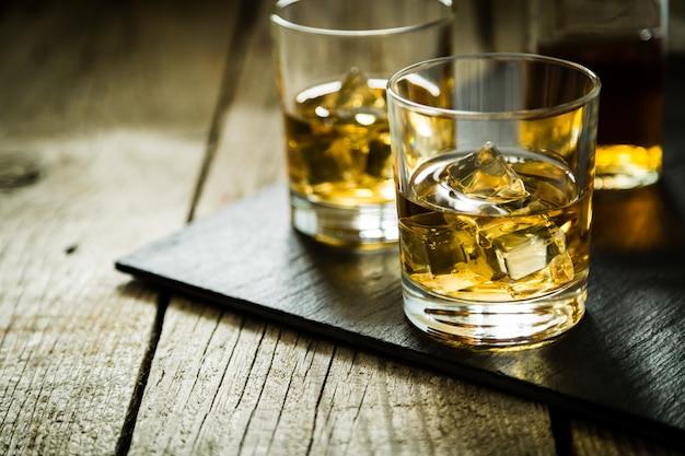 Whisky avec glace dans des verres