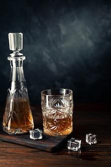 Whisky en verre avec de la glace