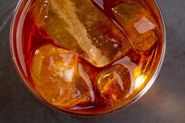 Whisky whisky sur les rochers sur verre
