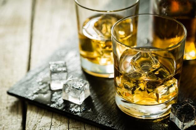 Whistey avec de la glace dans des verres