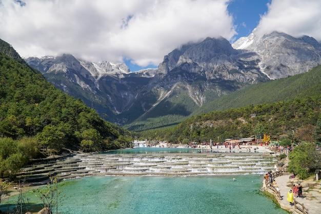 White water river ou baishui river et jade dragon snow mountain, lijiang, yunnan, chine