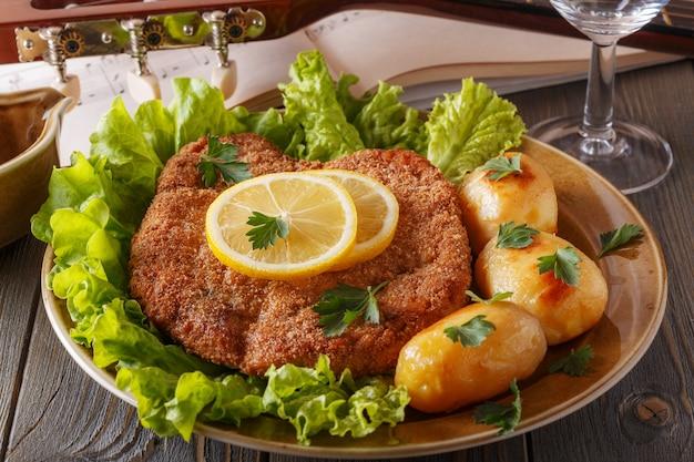 Wiener schnitzel avec pommes de terre et salade