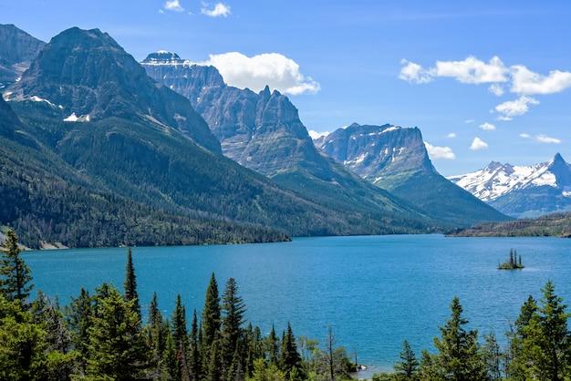 Wild goose island dans le parc national des glaciers avec des pics de montagne en arrière-plan