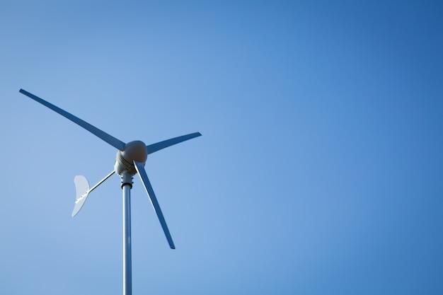 Wind turbine sur le ciel bleu