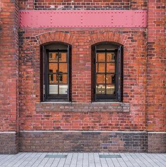 Windows dans un fond de mur de brique rouge