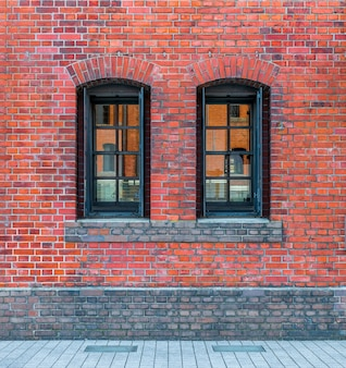 Windows dans un mur de briques rouges