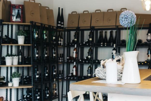 Wineshop avec une large sélection de bouteilles de vin