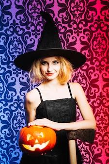 Witch girl avec hache et citrouille