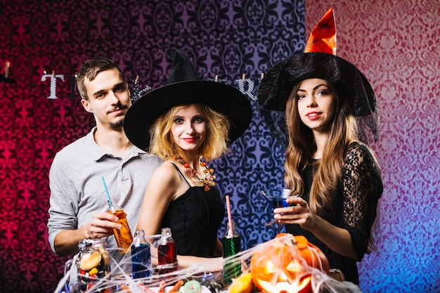 Witch girls and guy célébrant halloween
