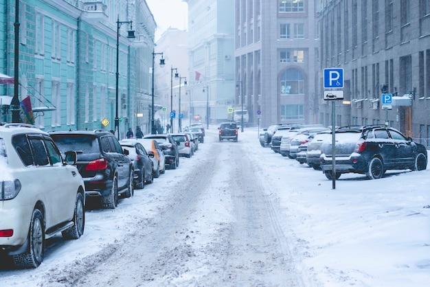 Wnter rue latérale urbaine. jour brumeux. chutes de neige dans la rue latérale déserte en hiver ville f
