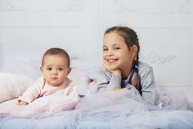 Wo petites filles. une famille heureuse. le concept de l'enfance