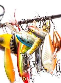 Les wobblers d'appâts de pêche colorés doivent être suspendus sur le blanc de la tige
