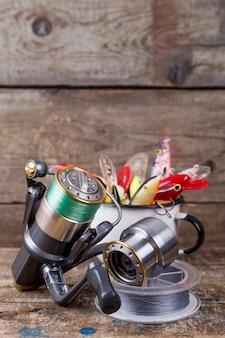 Les wobblers d'appâts de pêche dépassent de la tasse en métal blanc