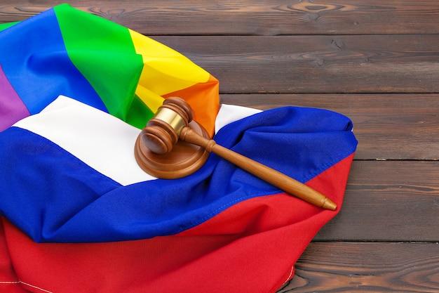 Woden juge maillet symbole de droit et justice avec drapeau lgbt