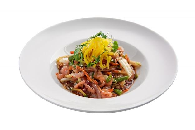 Wok aux crevettes et haricots verts isolés