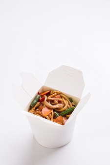 Wok de nouilles en boîte blanche