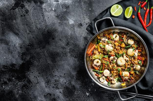 Wok avec nouilles udon sautées, seiche et légumes