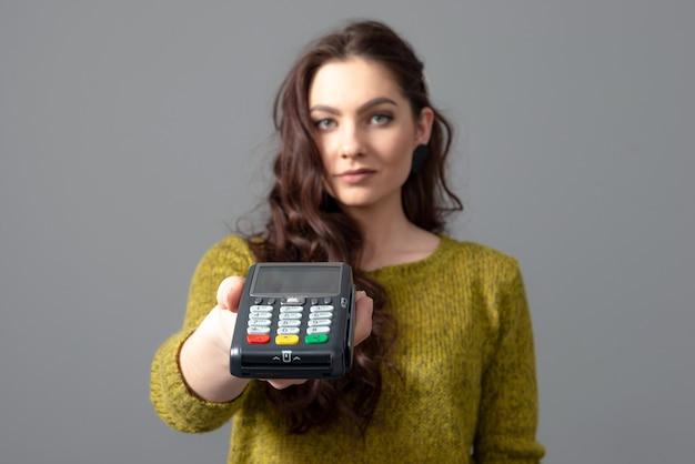 Woman hold terminal de paiement bancaire moderne pour traiter d'acquérir des paiements par carte de crédit, concept de mode de vie