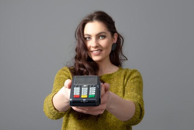 Woman hold terminal de paiement bancaire moderne pour traiter d'acquérir des paiements par carte de crédit