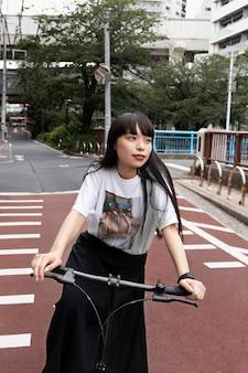 Woman riding scooter électrique dans la ville