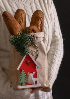 Woman's Hands Holding Shopping Bag Avec Du Pain Pour Les Vacances Nouvel An Ou Noël Photo Premium