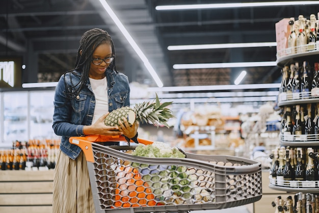Woman shopping légumes au supermarché