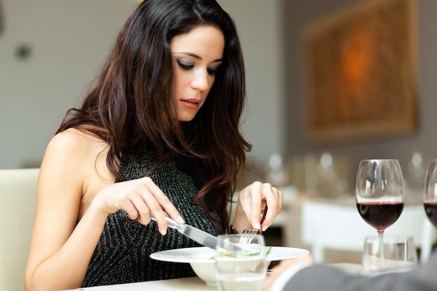 Woman en train de dîner dans un restaurant de luxe