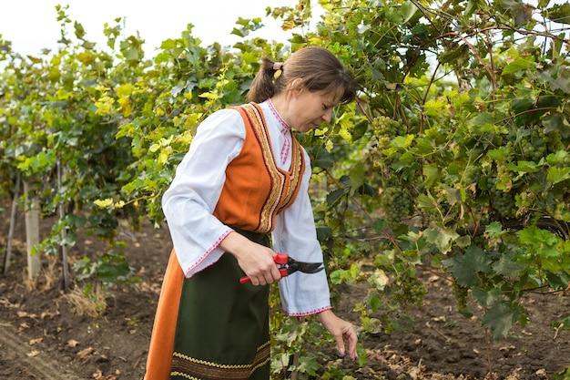 Womans working at wine farm personne agriculteur au paysage rural dans un costume folklorique