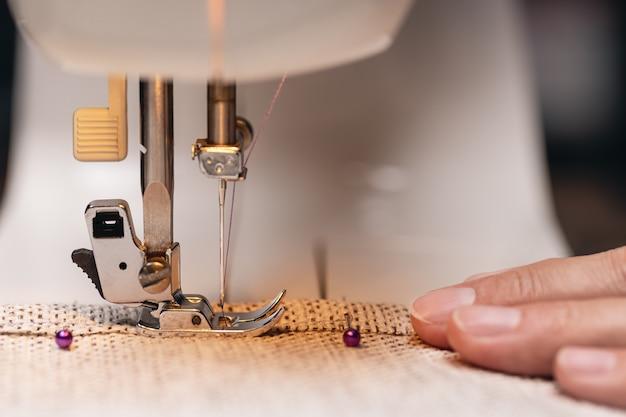 Womens mains derrière sa couture processus de couture studio tourné avec du matériel d'éclairage