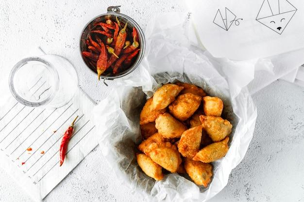 Wontons frits, piments séchés, verre vide