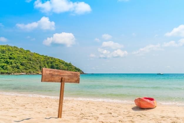 Wooden signboard sur la plage tropicale