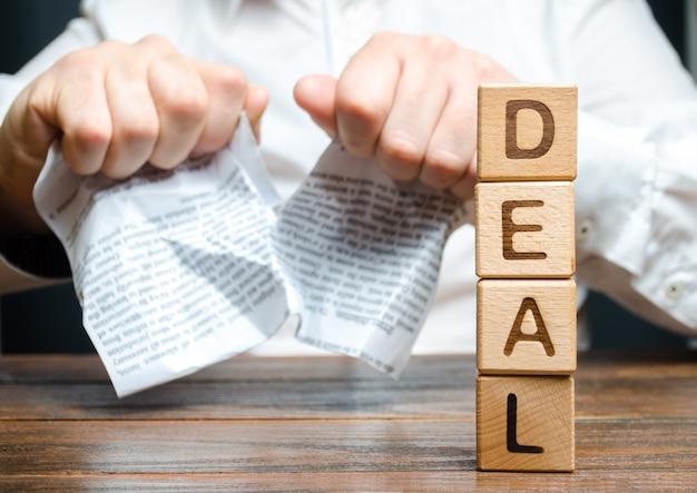 Word deal et homme d'affaires se brise